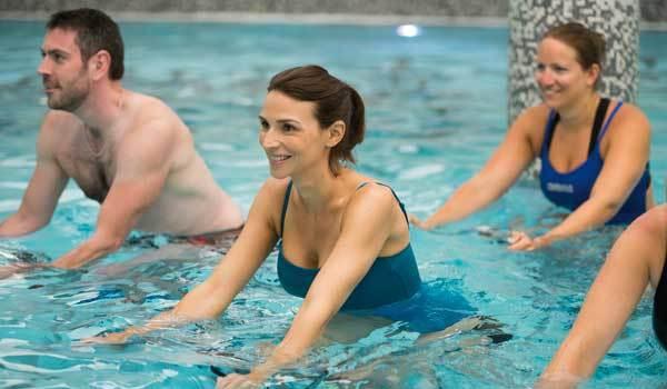 cours-de-velo-en-piscine en équipe
